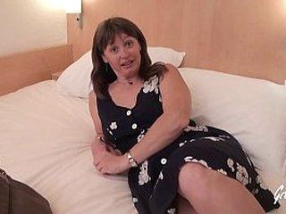 Brunette mature se fait défoncer le cul